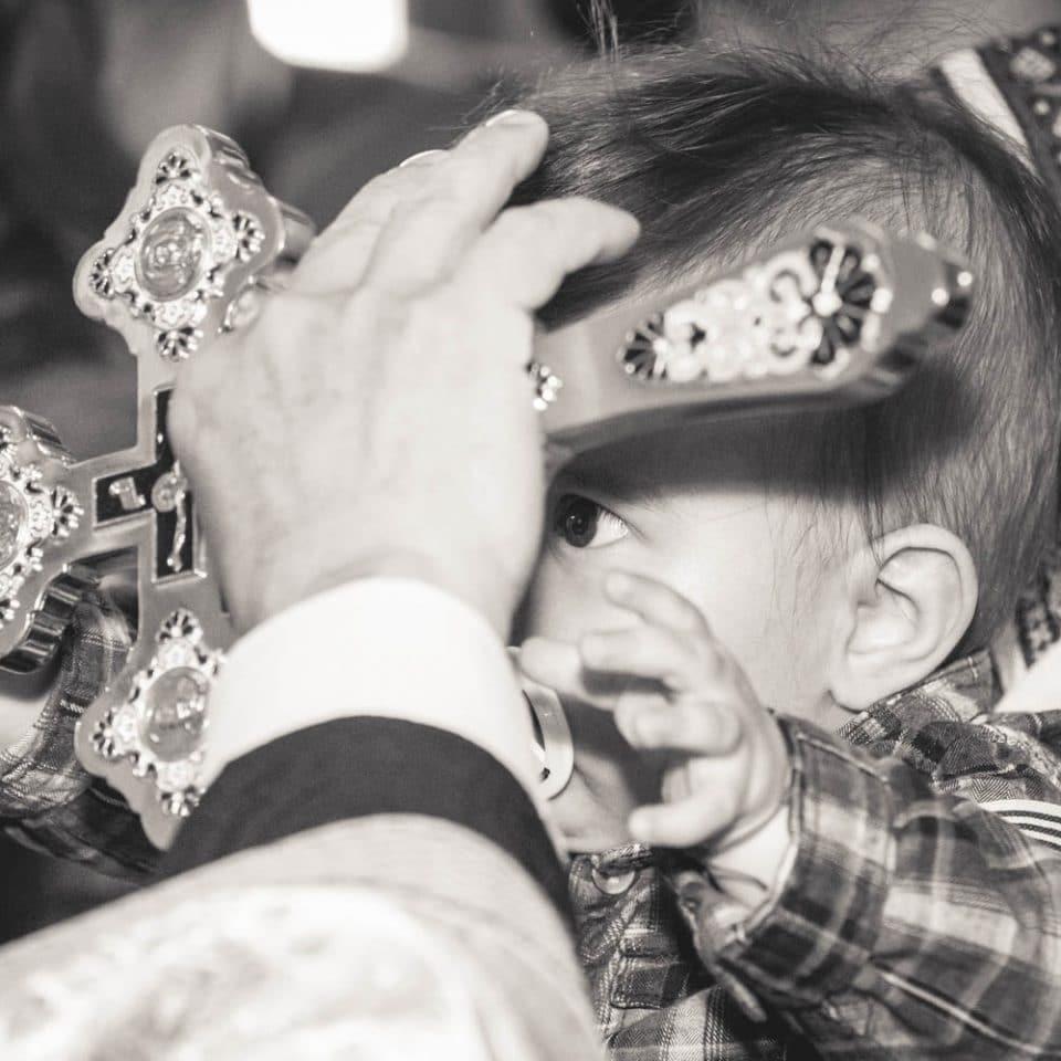 Fotograf Botez Bucuresti, bebelus cu manutele la preot