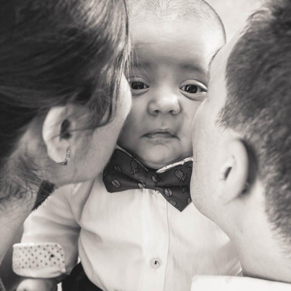 Fotograf botez Bucuresti bebelus sarutat de parinti