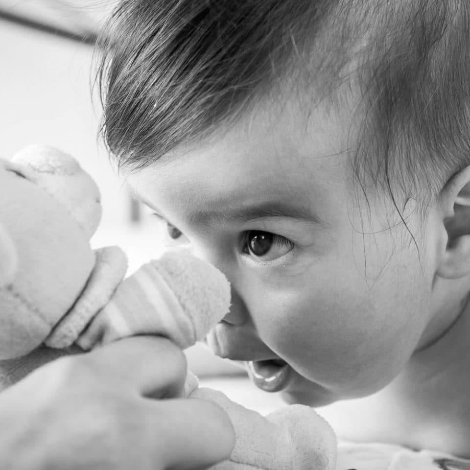 Fotograf Botez Bucuresti bebelus cu jucarie