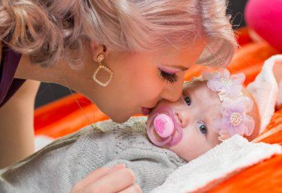Fotograf Botez Bucuresti, mamica sarutand bebelusul